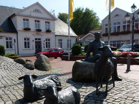 Schafbrunnen am Marktplatz im Hintergrund das Ringhotel Residenz
